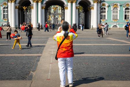 Saint-Pétersbourg, Russie - mai 2019 : groupe de touristes chinois prenant des photos devant le musée de l'Ermitage à Saint-Pétersbourg en Russie. La Russie est l'une des principales destinations touristiques des touristes chinois.