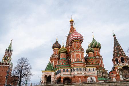 Moscú, Rusia - abril de 2018: Catedral de San Basilio en la Plaza Roja en Moscú, Rusia. El templo de San Basilio es una de las principales atracciones turísticas de Moscú. Arquitectura antigua de Moscú.