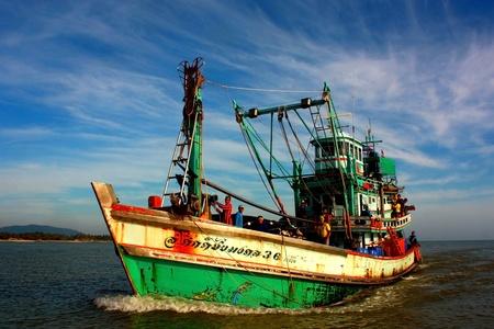 pattani thailand: Pattani, Tailandia - 7 de agosto de 2011 - Los barcos de pesca y de la tripulaci�n a la orilla. Despu�s de los peces en el Golfo de Pattani.