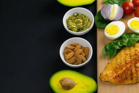 Ketogenes Ernährungskonzept. Eine Reihe von Produkten der kohlenhydratarmen Keto-Diät. Grünes Gemüse, Nüsse, Hühnerfilet, Leinsamen