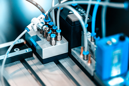 Automatisierte Montagelinie des Maschinenbaus. Geringe Schärfentiefe. Der Hintergrund ist unscharf.