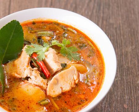Sopa sopa tom yum  alimentos tailandia  caliente y amarga  Sopa de pollo Foto de archivo