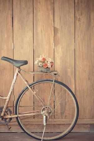 bicicleta: bicicleta de la vendimia en la pared de la casa de madera Foto de archivo