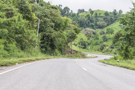 en mont�e: Route chemin qui monte avec beaucoup de courbes