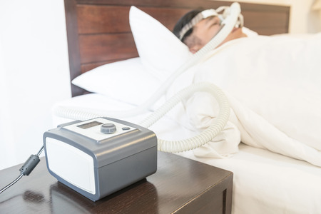 dormir: Hombre con apnea del sue�o y la m�quina de CPAP