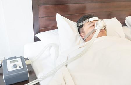 apnoe: Mann mit Schlaf Apnea und CPAP-Maschine