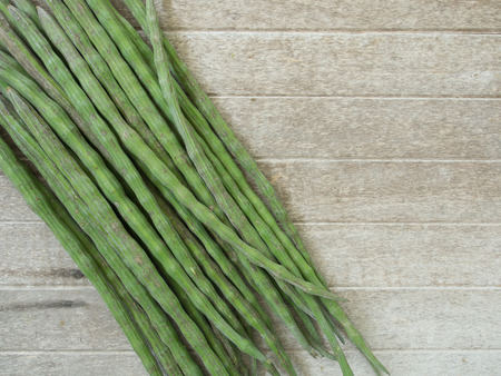 oleifera: Moringa oleifera Lam en una mesa de madera