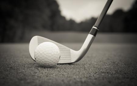 ゴルフ ・ ボールは、太陽の光に下に向かってフェアウェイ ヒットしました。 写真素材