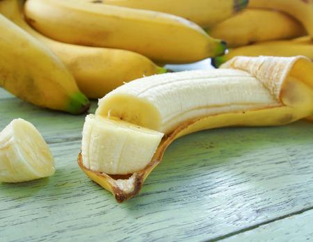 dividir los plátanos colocados en una cáscara de plátano.