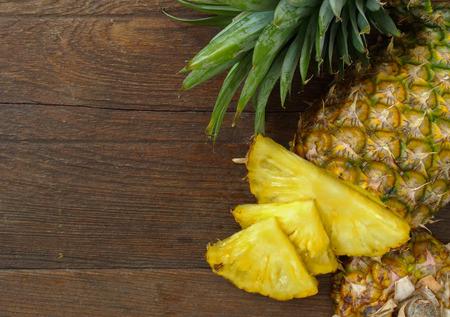 Ananas na drewnianym tle