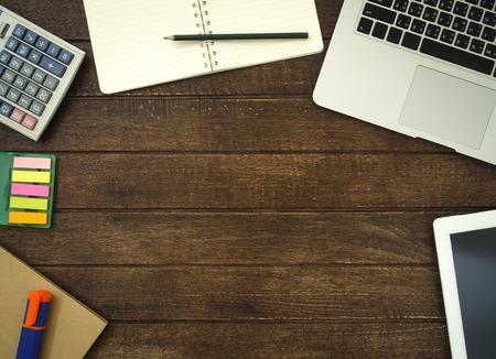 Stół roboczy z notes komputera i notebooka. Widok z góry