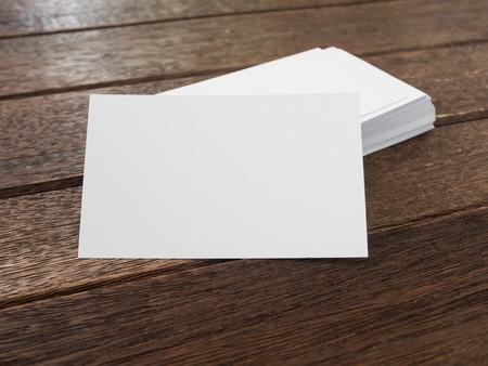 personalausweis: Visitenkarte auf einem Holztisch platziert