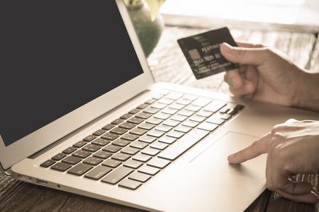 kobiety używają komputera do zakupów on-line