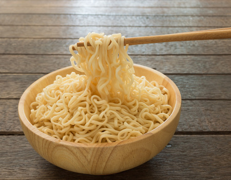 cooked instant noodle: Instant noodles to clamp with chopsticks.