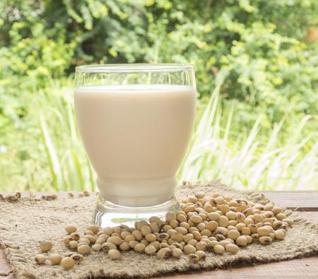 leche de soya: leche de soja, leche de soja, en vidrio para la bebida.