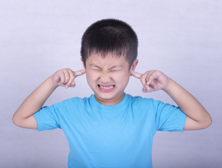 dolor de oido: Los niños que sufren de dolor de oído de escuchar ruidos fuertes y el estrés y la depresión.