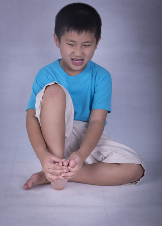 calf strain: The boy was wounded in the toes, causing pain.