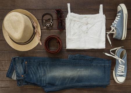 Outfit van casual vrouw. Bovenaanzicht van kleding en accessoires voor vrouwen.
