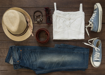 casual clothes: Traje de Mujer ocasional. Vista superior de la ropa y accesorios para mujeres. Foto de archivo