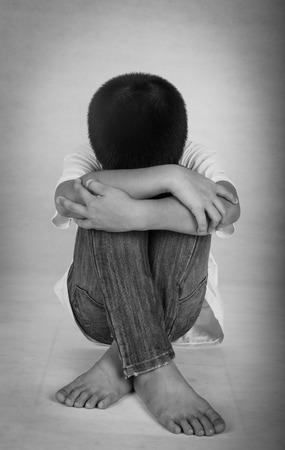 maltrato infantil: Los niños se sienten solos y deprimidos, sus padres se divorciaron y luchan.
