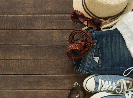 ropa de verano: Traje de Mujer ocasional. Vista superior de la ropa y accesorios para mujeres. Foto de archivo