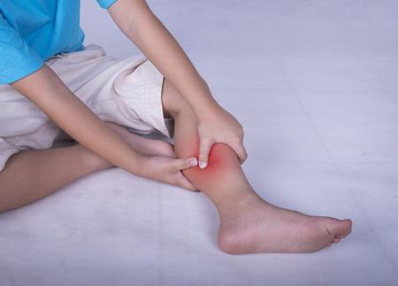 muscle training: Wadenbeinschmerzen, Kind h�lt wund und schmerzhafte Muskel, Verstauchung oder Krampfschmerzen mit roten hellen Platz gef�llt. Person verletzt, als die Aus�bung oder spielen.