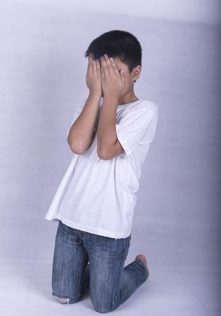 niños abandonados: Asaltos niños, el miedo, siendo seducidos y abandonados. Foto de archivo