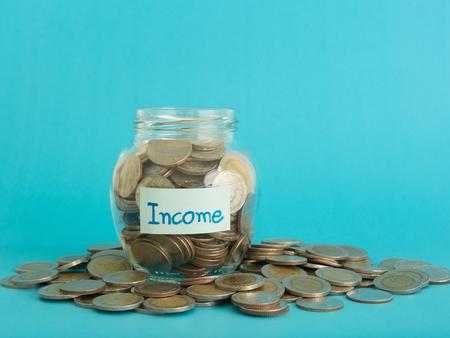 concept: frasco do dinheiro de renda. conta conceito, conceito de negócio, finanças conceito.