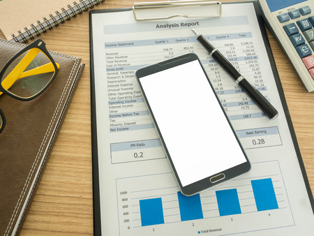 cuadro sinoptico: tel�fono inteligente en el escritorio de trabajo con el cuaderno, el informe, la pluma.