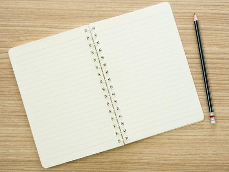 libros: abri� el cuaderno y el l�piz en el escritorio. vista desde arriba