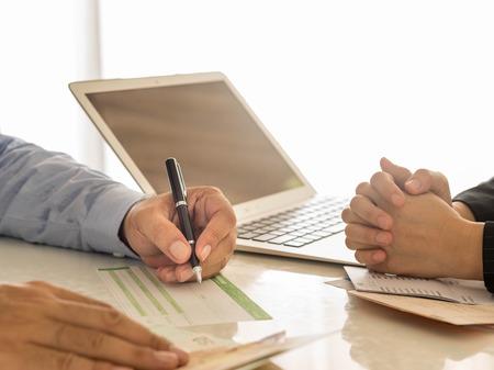 Homme d'affaires est en train d'écrire un bordereau de dépôt. Banque d'images