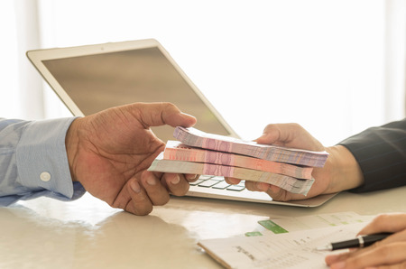banco dinero: Pr�stamo de negocios de un empleado del banco. concepto de finanzas