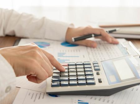 Biznesmen za pomocą kalkulatora do obliczania liczby