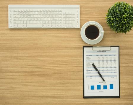 cuadro sinoptico: Vector de la oficina con el ordenador teclado y el informe. vista superior y el espacio libre para el texto. Foto de archivo