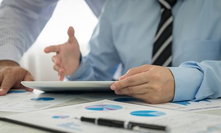 reporte: El hombre de negocios an�lisis de los datos financieros de la empresa.