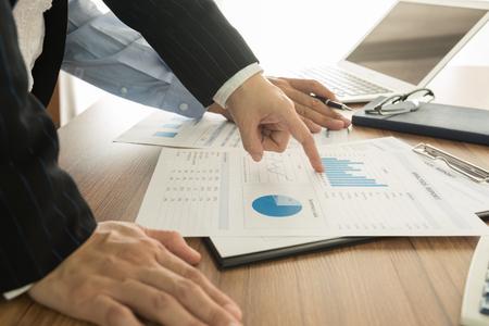 Executives zijn bespreking van de financiële resultaten van de Vennootschap voor de marketing plan. Stockfoto