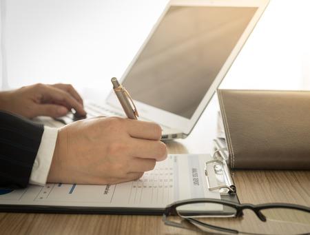 ejecutivo en oficina: Contadores est�n preparando la informaci�n para presentar al ejecutivo.