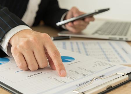 ビジネスマンは、レポートからデータを分析します。 写真素材
