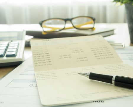 Buchhalter Schreibtisch mit Stift und Bankbuch. selektiven Fokus.