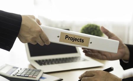 Le personnel a présenté le projet aux dirigeants. sélectionnez accent. Banque d'images - 46989202