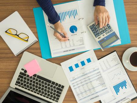 会計士は、企業データを分析しています。トップ ビュー 写真素材