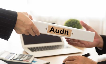 Accountant stuurt bestand gecontroleerde jaarrekening van de Onderneming om executives. Stockfoto