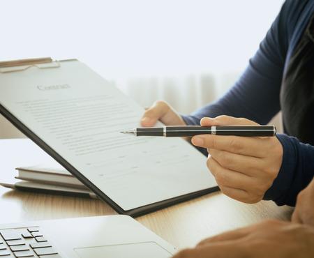 Personeel raadde de voordelen van verzekering en nodigen klanten om een ??contract te ondertekenen. Stockfoto - 46989214