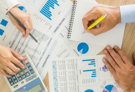 ESTADISTICAS: trabajador vendedor del análisis de datos estadísticos sobre el escritorio en la oficina. vista superior Foto de archivo