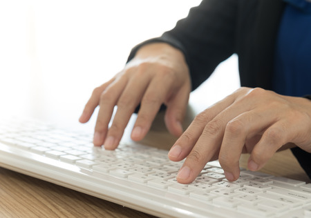teclado de computadora: businesswoman using a computer keyboard at office Foto de archivo