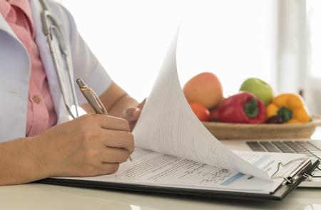 comida saludable: Los nutricionistas son plan de atenci�n m�dica para el paciente.