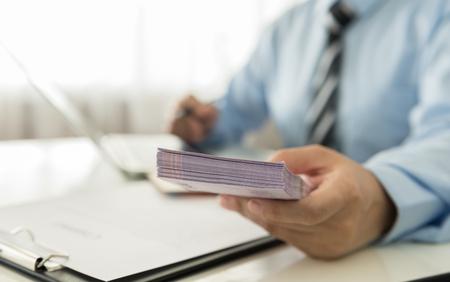 Business-Darlehen von einem Bankangestellten. Finanzkonzept Standard-Bild - 46989099