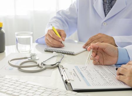 2 lekarzy pracujących w urzędzie szpitala. Zdjęcie Seryjne