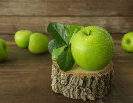 flavorful: Green apple on a wooden table.