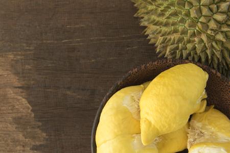 ドリアンの果実をテーブルの上のボウルに熟成します。